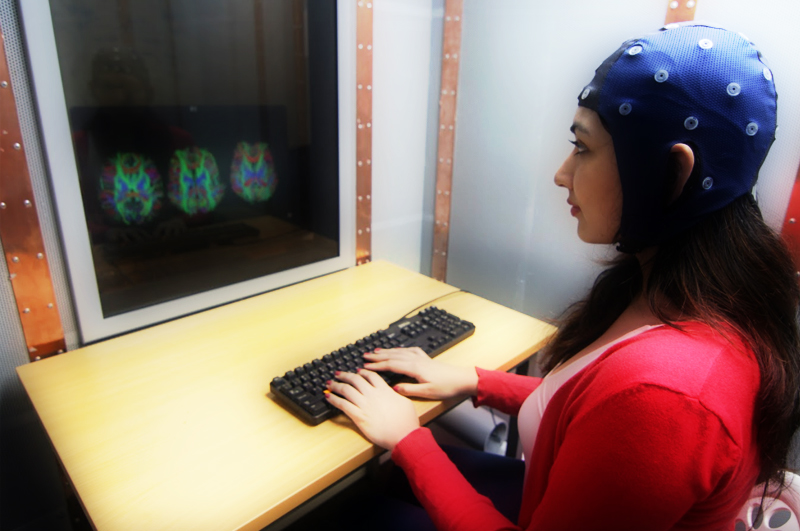 A female student in Neurobusiness lab