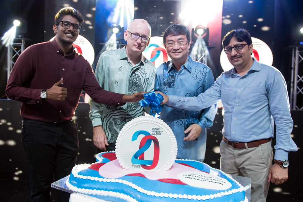 President and Pro Vice-Chancellor Professor Andrew Walker, alongside Executive Director Ong Pang Yen, MUSA President Thusharan Chandrakumanan and MUPA President Allah Bukhsh, cut a specially designed 20th Anniversary cake weighing 10 kilograms.